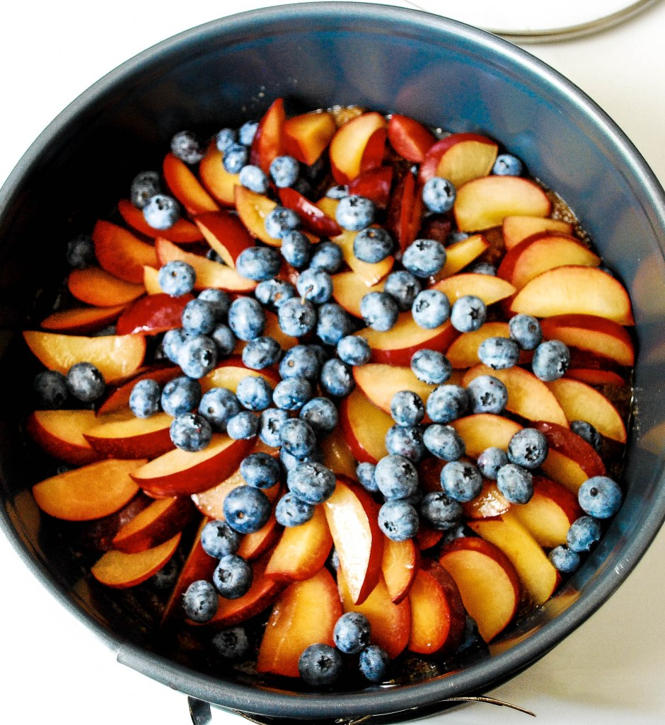 Fruit in the Springform pan, pre-batter